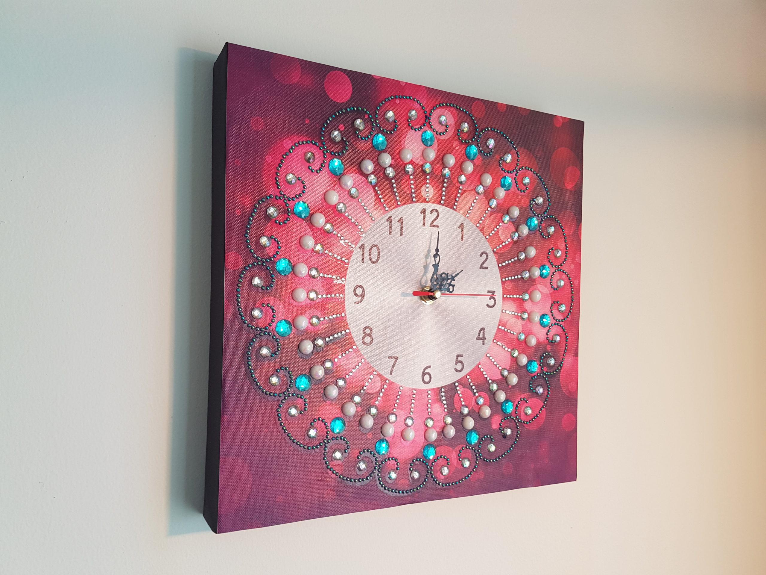 Sådan monterer du dit diamond paint-ur og hænger det op