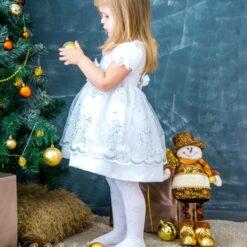 Pige pynter juletræ i diamond paint