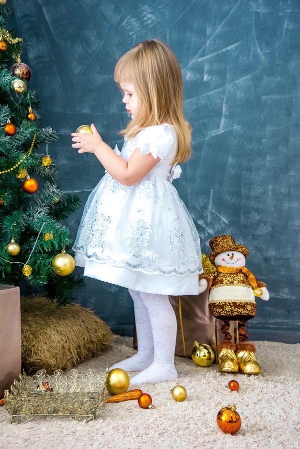 Billede af Pige pynter juletræ