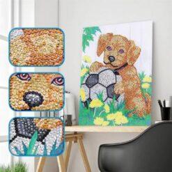 Brun hund med fodbold