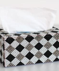Servietboks med sort-hvidt harlekinmønster i diamond paint