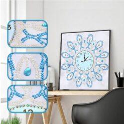 Lyseblåt ur med hvid baggrund - diamond paint