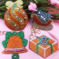 Nøgleringe med jule-ornamenter