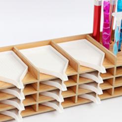 Bakkeholder i træ med plads til 14 bakker og penneholder til diamond paint