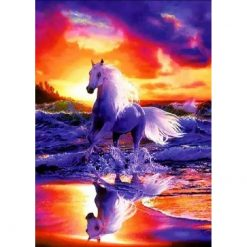 Hest ved strand ved solnedgang